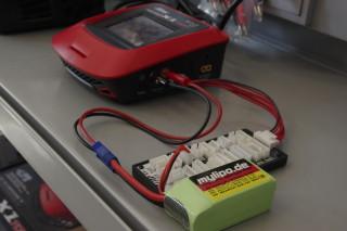 Akkuanschluss am Beispiel des Hitech Multicharger X1 Touch